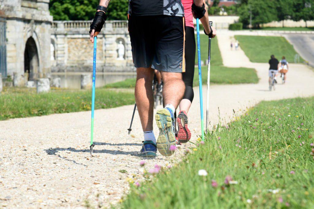 La marche, avec ou sans bâtons, est l'activité la plus accessible.