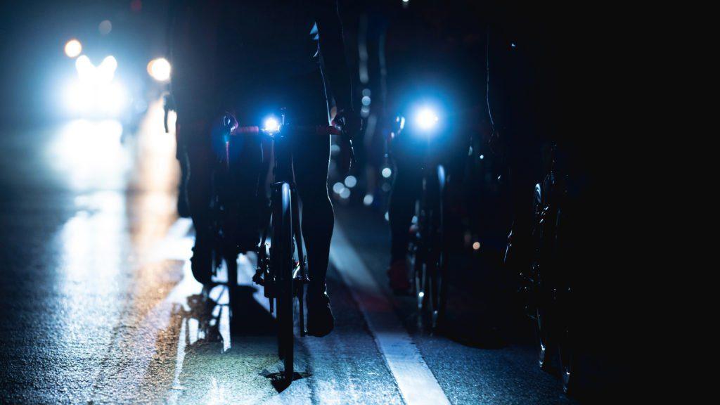 La nuit, la circulation à vélo présente plus de risques, raison de plus pour être bien équipé.