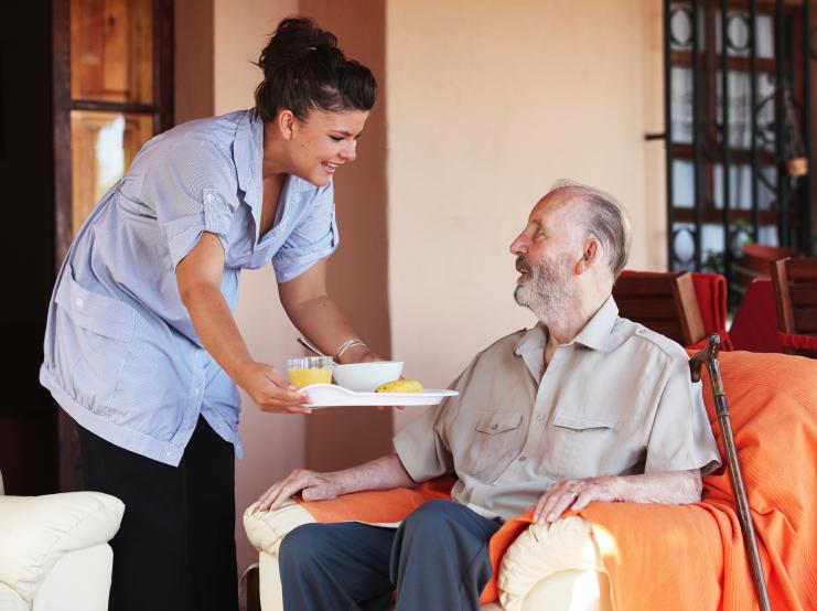 Les auxiliaires de vie permettent le maintien à domicile des personnes âgées, dépendantes ou pas.