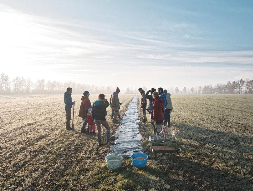 Les plantations se font dans le cadre de chantiers participatifs où citoyens et acteurs du monde paysan se côtoient...